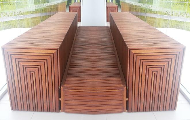 Mesa y sillas para exteriores pl sticos con parasoles for Sillones de patio de madera