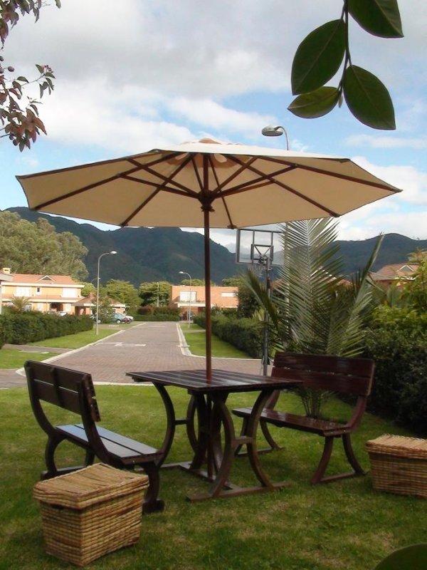 Mesa y sillas para exteriores pl sticos con parasoles - Mesas para exterior ...