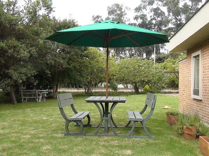 Mesa y sillas para exteriores pl sticos con parasoles for Sillas plasticas modernas