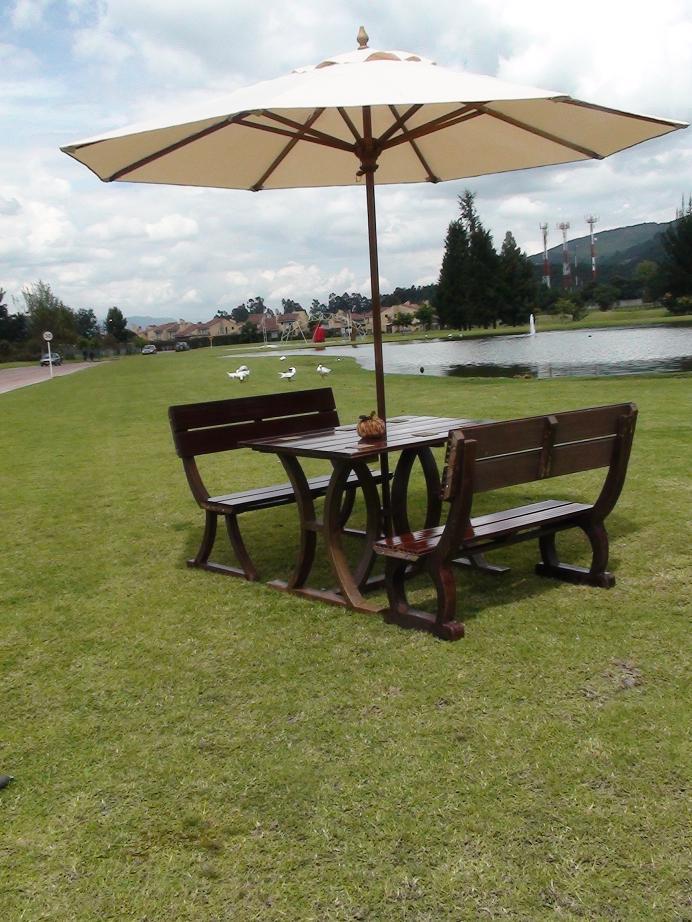Mesa y sillas para exteriores pl sticos con parasoles for Carpas jardin alcampo