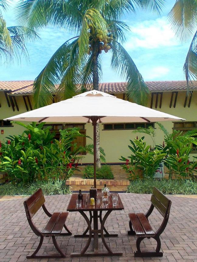 Mesa y sillas para exteriores pl sticos con parasoles for Tipos de toldos para patios