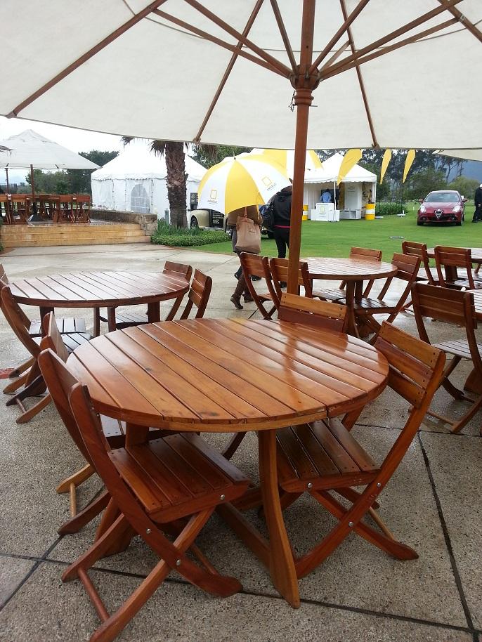 Mesa y sillas para exteriores pl sticos con parasoles for Muebles plasticos para exterior