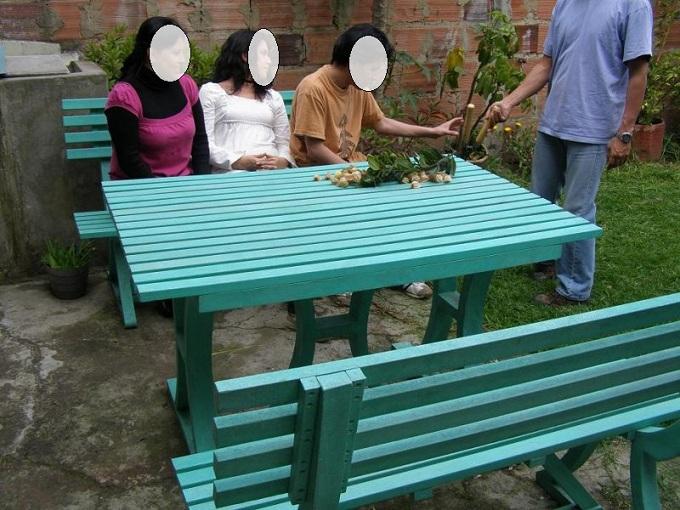 Mesa y sillas para exteriores pl sticos con parasoles for Almacen de plastico para jardin
