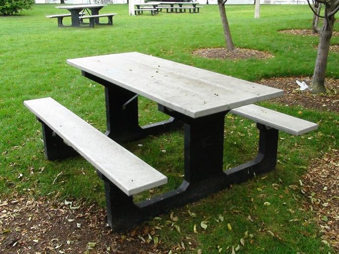 17 mesa y sillas para exteriores pl sticos con parasoles for Mesa y banco de jardin