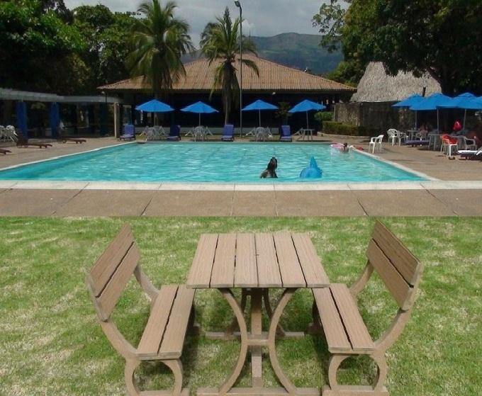 Mesa y sillas para exteriores pl sticos con parasoles for Modelos de piscinas campestres