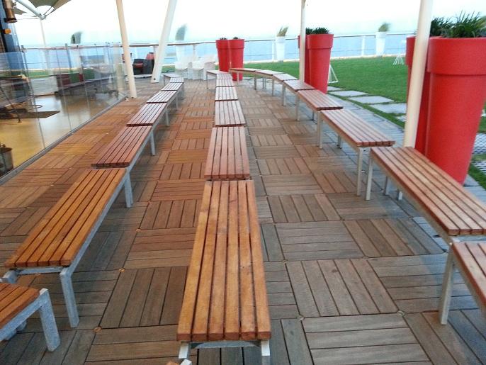 Mesa y sillas para exteriores pl sticos con parasoles for Sillas para piscina