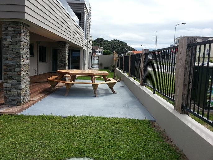 Mesa y sillas para exteriores pl sticos con parasoles for Muebles de terraza de plastico