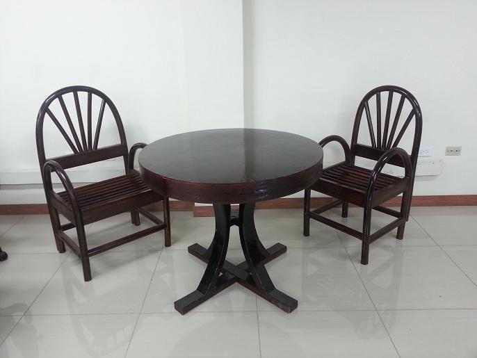 Mesa y sillas para exteriores pl sticos con parasoles for Mesas o muebles para telefonos
