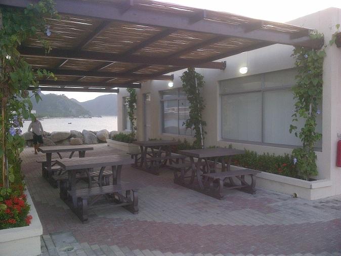 Mesa y sillas para exteriores pl sticos con parasoles - Comedores exteriores para terrazas ...