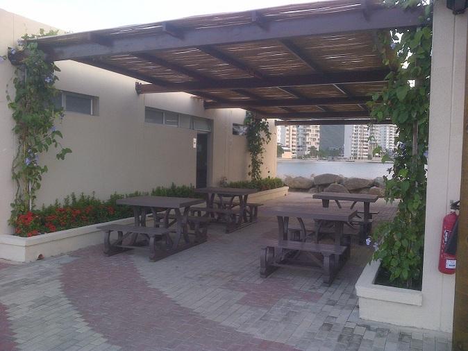 Mesa y sillas para exteriores pl sticos con parasoles for Comedores exteriores para terrazas