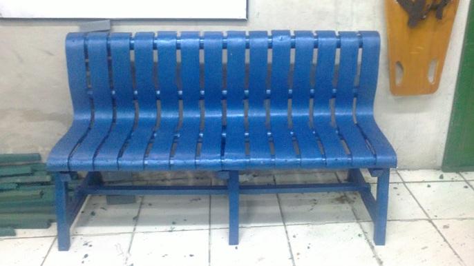 Mesa y sillas para exteriores pl sticos con parasoles for Piscina plastico duro